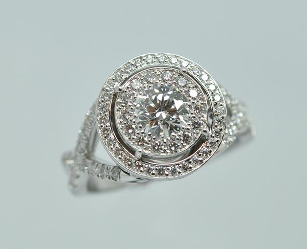 Bague « Princesse » sertissage d'un centre illusion. Panier volutes et pavage diamants. Monture or blanc palladié. (2/2)