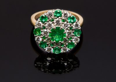 Bague « le manège »  Monture or rose platine. Diamants émeraudes