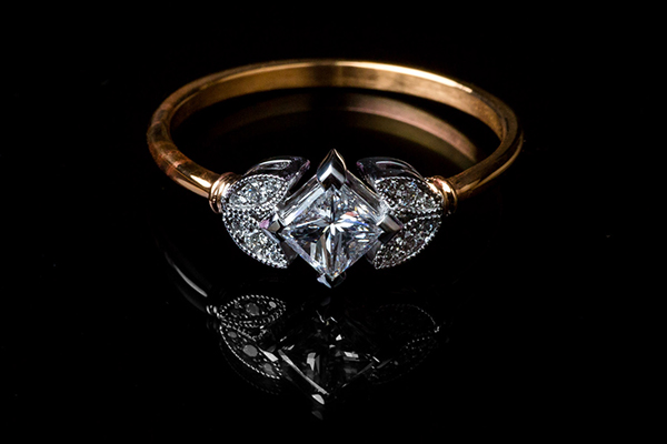Princess and foliage diamond ring. White gold and rose gold setting.