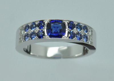 Bague monture or blanc palladié. Saphir coussin et dégradé de bleu vers du  diamants.