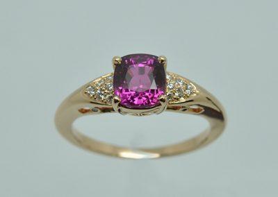 Bague monture or rose. Au centre, un saphir rose et petit pavage de diamants