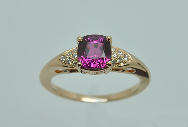Bague monture or rose. Au centre, un saphir rose et petit pavage de diamants