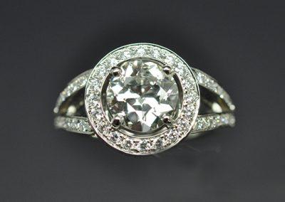 Bague ronde, monture or blanc palladié. Diamant de centre demi taille (taille ancienne).