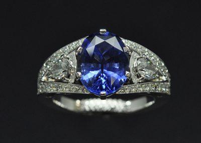 Bague saphir diamants. Diamants poires avec gravure secrète au dessus