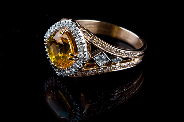 Bague saphir jaune coussin. Monture or rose platine diamants