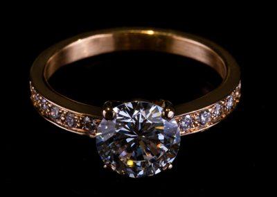 Bague solitaire accompagné. Monture or rose diamants