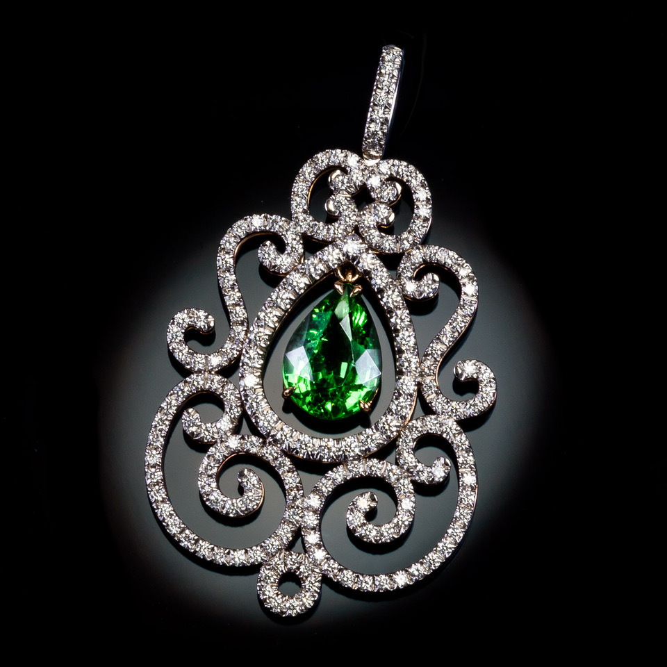 Pendentif « Prestige » Monture or blanc palladié & or rose. Grenat tsavorite et diamants