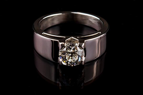 Solitaire diamant platine. Ouverture en V sur les flancs