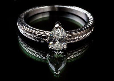 Solitaire diamant poire. Monture platine